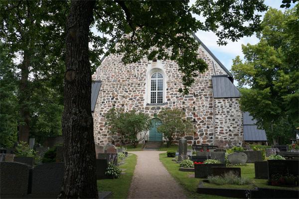 Paraisten kirkkomaa ja kirkko